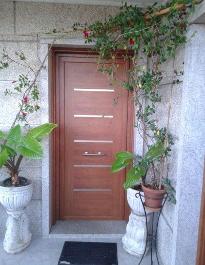puerta entrada simil madera y tiras en inox 1